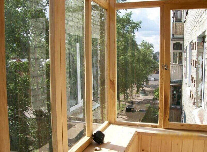 Балкон остекленный деревом