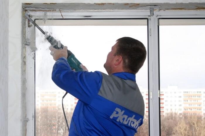 Демонтаж окна на балконе