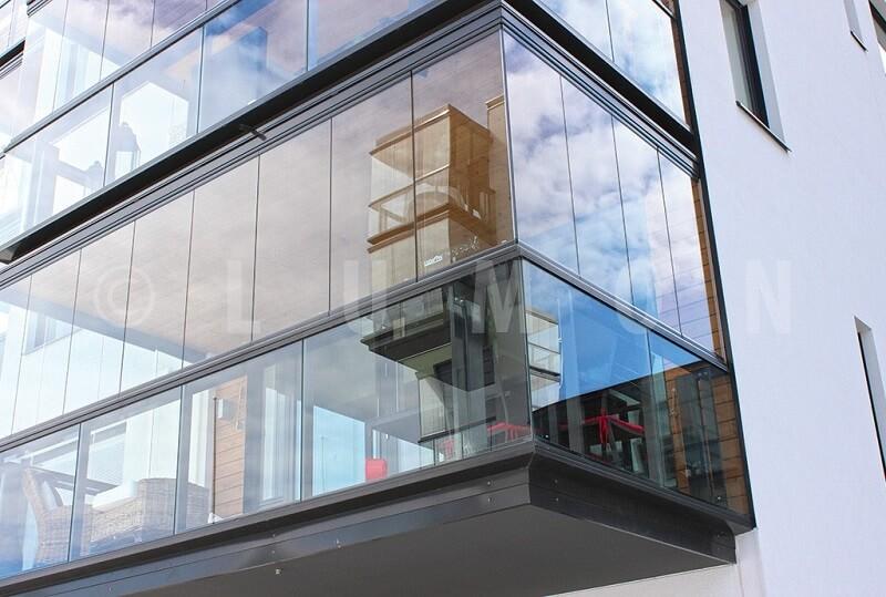 Безрамное остекление балкона с выносом
