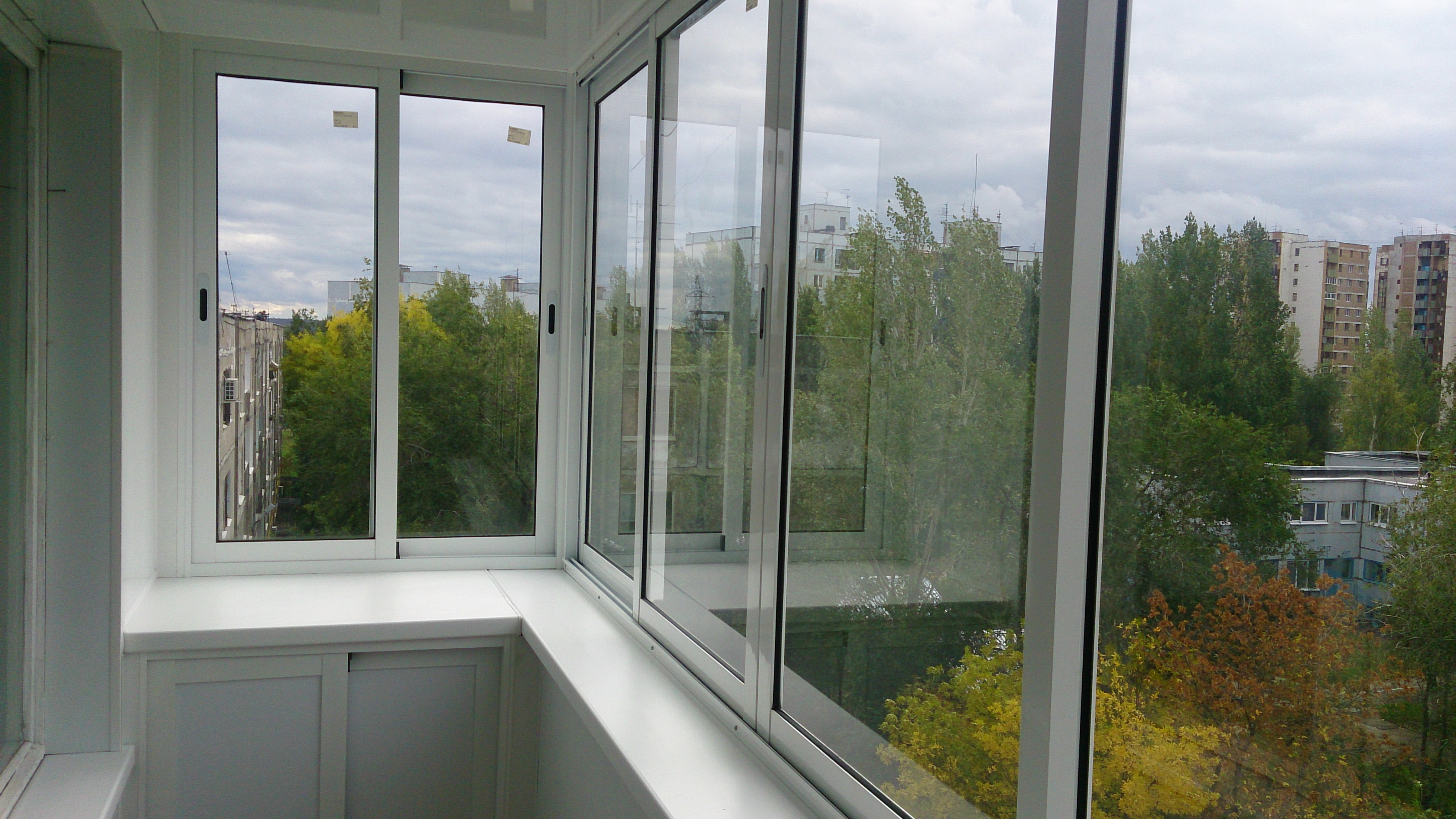 Балкон с алюминиевыми окнами фото.