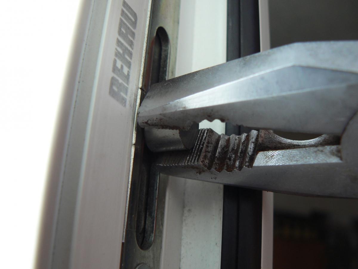 Регулировка прижатия двери
