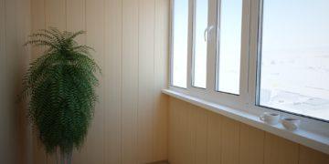 Обшитый панелями ПВХ балкон