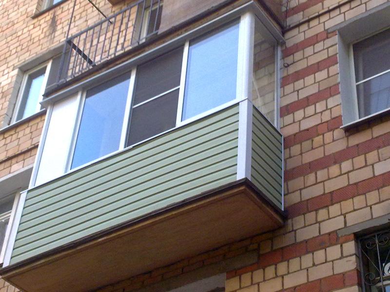 Обшитый сайдингом балкон
