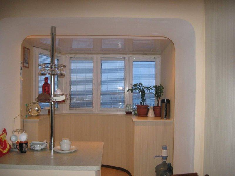 Объединенная с балконом кухня