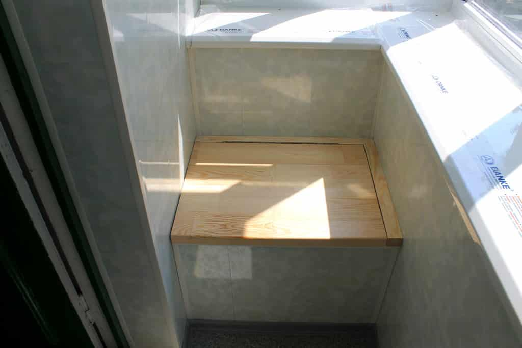 Тумба-диван на балконе