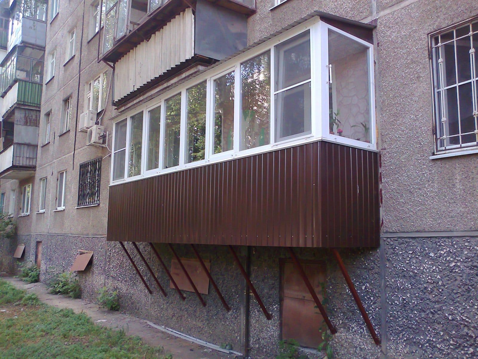 Пристроить балкон на первом этаже панельного дома.